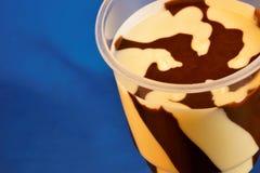 La goma del chocolate es un dulzor hecho del chocolate y de la mantequilla La goma del chocolate es parte de un gran número de pr fotos de archivo