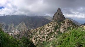 La Gomera - Roque El Cano sobre la ciudad de Vallehermoso Foto de archivo libre de regalías