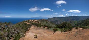 La Gomera - skugga ovanför Vallehermoso med en sikt till Tenerife Arkivfoto