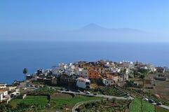 La Gomera - vista aérea de Agulo con Tenerife Foto de archivo