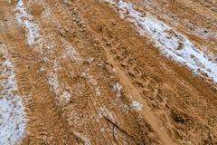 La gomma di automobile segna su un settore vuoto coperto di neve, la vista del primo piano - il giorno nuvoloso fotografie stock