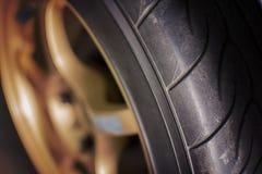 La gomma e la ruota della vettura da corsa Fotografia Stock Libera da Diritti