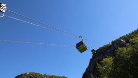La gondola commovente solleva il cielo blu dell'estate video d archivio