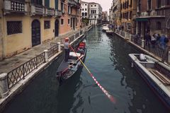 La gondola galleggia lungo il canale stretto a Venezia Fotografia Stock Libera da Diritti