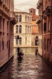 La gondola galleggia lungo il canale stretto a Venezia Immagine Stock Libera da Diritti