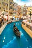 La gondola nel casinò veneziano della località di soggiorno di Macao fotografia stock
