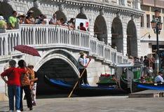La gondola passa il ponticello di Venezia Immagini Stock