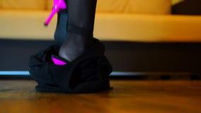 La gonna cade mostra le gambe in calze e tacchi alti stock footage
