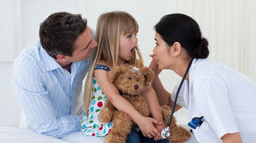 La gorge de l'enfant de examen de docteur Photographie stock libre de droits