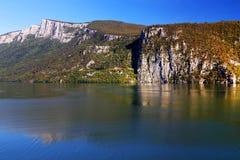 La gorge du Danube vu de la banque roumaine La banque serbe la rive droite de la rivière à l'arrière-plan Image libre de droits