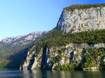 La gorge du Danube vu de la banque roumaine La banque serbe la rive droite de la rivière à l'arrière-plan Photos stock