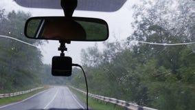 La gota de la lluvia cae en el parabrisas del coche almacen de video