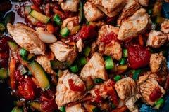 La goulache de porc avec beaucoup de légumes aiment des tomates, asperge, Photo libre de droits