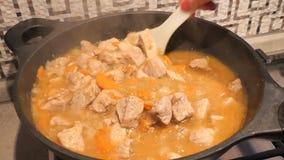 La goulache ou la viande avec des légumes cuisent sur le wok banque de vidéos
