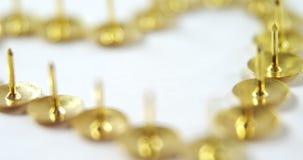 La goupille d'or de poussée a arrangé dans la forme 4k de coeur clips vidéos