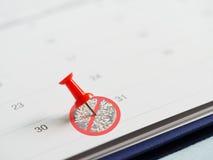 La goupille rouge a mis le 31 mai le calendrier sans le signe de tabac de cigarette Cible pour stopper tabagisme Monde aucun jour Images stock
