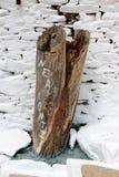 La Grèce, île de Sifnos, tronc d'arbre antique utilisé en tant que décoration extérieure dans le village de Kastro image libre de droits