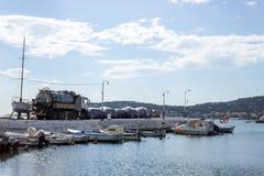 La Grèce Île des salamis 5 novembre 2017 Récipients avec l'oi Image libre de droits