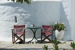 La Grèce, la belle île d'Amorgos Une table et deux pr?sidences photographie stock