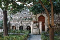 La Grèce-bien, une conception de cube en jardin différente, peut-être pas un lieu de rendez-vous historique Images stock