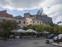 La Grèce, Corfou, ville de Kerkyra, le 26 septembre 2018 : Vieille rue de ville de Corfou avec les personnes de touristes dans le images stock