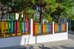La Grèce, Halkidiki, barrière multicolore lumineuse sur la rue en Ne Photos libres de droits