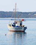La Grèce, kaiki traditionnel de bateau de pêche Image stock