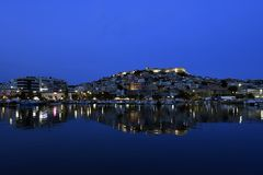 La Grèce, Kavala, paysage urbain la nuit Photos libres de droits
