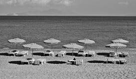 La Grèce Kos Plage de Kefalos Présidences et parapluies sur la plage I Images stock
