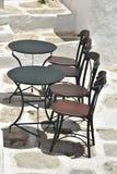 La Grèce, l'île de l'IOS, tables de taverna et chaises photographie stock