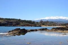 2015 La Grèce La belle vue d'Agii Apostoli vers la montagne blanche Photographie stock libre de droits