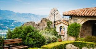 La GRÈCE, METEORA, juillet 2015, formations de roche spectaculaires et monastères orthodoxes grecs Photographie stock libre de droits
