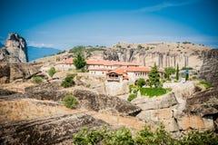 La GRÈCE, METEORA, juillet 2015, formations de roche spectaculaires et monastères orthodoxes grecs Image stock