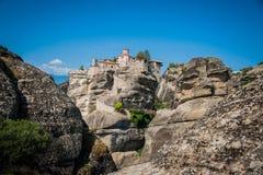 La GRÈCE, METEORA, juillet 2015, formations de roche spectaculaires et monastères orthodoxes grecs images stock