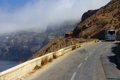 La Grèce Santorini la hausse de l'autobus sur une route d'enroulement Photos libres de droits