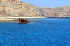 La Grèce Une vue du vieux bateau de pirate submergé Île de Gramvous Photos stock