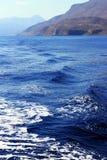 La Grèce Vue du rivage de la mer bleue Photographie stock libre de droits