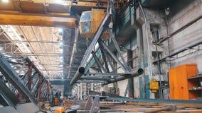 A la grúa ató una estructura enorme y movimientos del metal en la planta metrajes