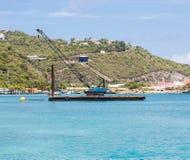 La grúa azul encendido barge adentro el Caribe Imágenes de archivo libres de regalías