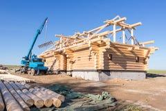 La grúa construye la casa de madera Fotos de archivo libres de regalías