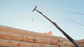 La grúa de construcción levanta la madera acabada Albañilería canadiense del ángulo Estilo canadiense Casa de madera hecha de reg almacen de metraje de vídeo