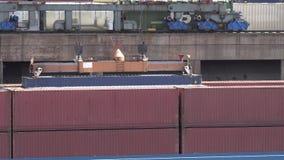 La grúa de pórtico está cargando un contenedor a una nave en el d3ia en el puerto de Duisburgo - Alemania almacen de video
