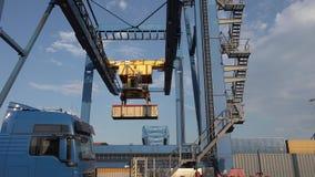 La grúa de pórtico está descargando un envase de una nave en el d3ia en el puerto de Duisburgo - Alemania almacen de video