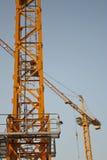 La grúa del amarillo del edificio Imagen de archivo libre de regalías