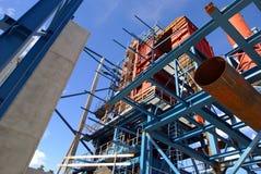 La grúa emite la fábrica industrial de la construcción Imagen de archivo