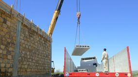 La grúa levanta el bloque de cemento del cuerpo del camión almacen de metraje de vídeo