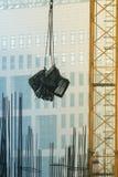 La grúa lleva el marco del metal en el emplazamiento de la obra Imagen de archivo libre de regalías