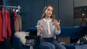 La grabación femenina hermosa del blogger de la belleza compone el vídeo preceptoral para el blog almacen de video