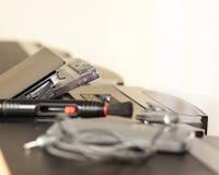 La grabadora de radio vieja retra del casete de 80s y los auriculares afrontan el fondo del verde menta Foto filtrada estilo del  Foto de archivo libre de regalías