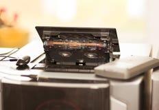 La grabadora de radio vieja retra del casete de 80s y los auriculares afrontan el fondo del verde menta Foto filtrada estilo del  Imagen de archivo libre de regalías